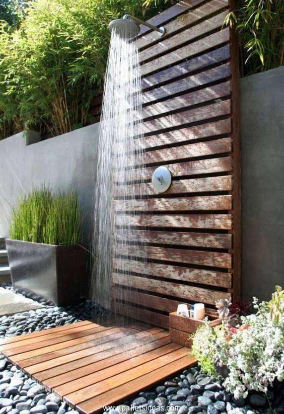 Pourquoi installer une douche solaire pour piscine ?