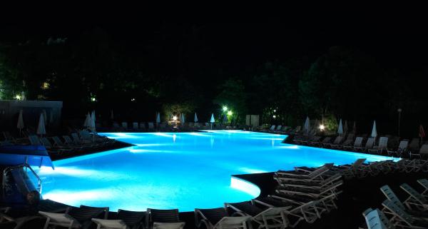 Feux immergés ou hors de l'eau, misez sur le bon éclairage de votre piscine