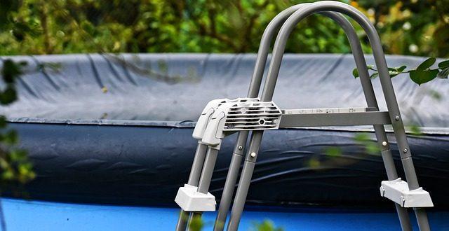 Couverture automatique de piscine : volet roulant immergé ou hors-sol